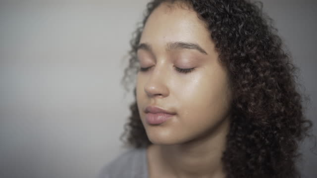 a make-up artist applying foundation. - ビフォーアフター点の映像素材/bロール