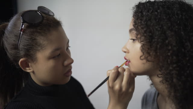 a make-up artist applying lip colour. - ビフォーアフター点の映像素材/bロール