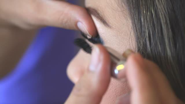 vídeos y material grabado en eventos de stock de artista aplicar maquillaje maquillaje de ojos de mujer - desodorante