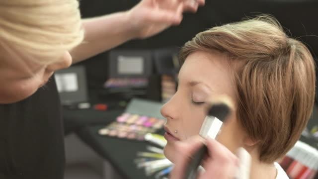 vídeos de stock, filmes e b-roll de hd: make-up artist preparar modelo bastidores - blush