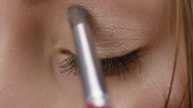 vidéos et rushes de make-up artist met foundation sur brunette haute couture peau du modèle. mode vidéo. - fard à joues