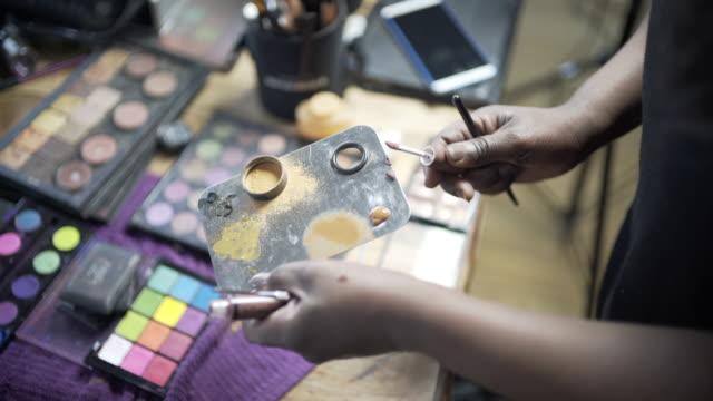 vídeos y material grabado en eventos de stock de a make-up artist using her pallet with foundation contouring colours. - paleta herramientas industriales