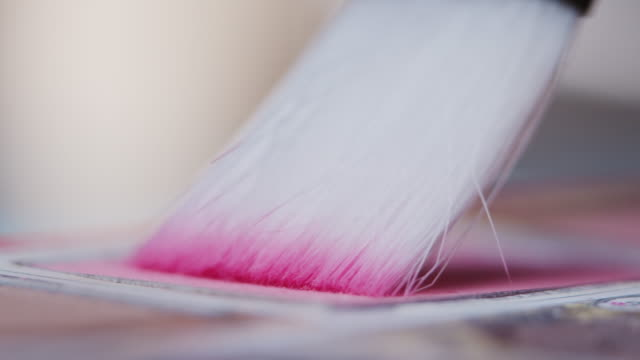 メイクアップブラシはパレットからピンクの赤面を取っています - フェイスブラシ点の映像素材/bロール