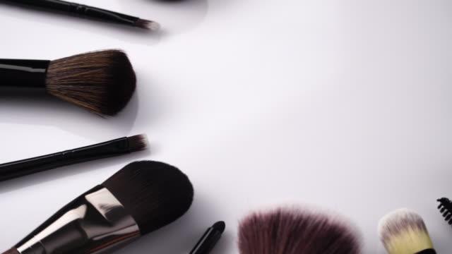 vidéos et rushes de brosse de maquillage tournant sur le fond blanc - pinceau à blush