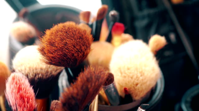 vídeos de stock, filmes e b-roll de jogo de escova maquiagem. - pincel