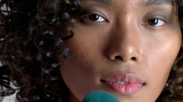 vídeos de stock, filmes e b-roll de uc: escova de make-up - pincel