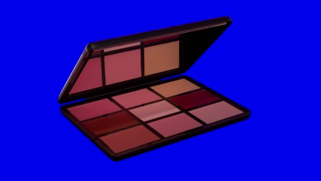 vídeos de stock, filmes e b-roll de paleta de sombras de maquiagem abre em uma chave de croma azul - blush