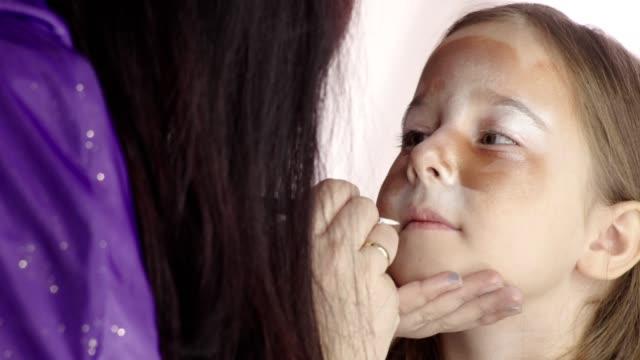 vídeos de stock e filmes b-roll de make-up for a little party girl - girl face