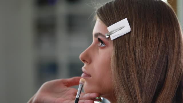 make-up är en del av dagens skönhet - rynka ihop ansiktet bildbanksvideor och videomaterial från bakom kulisserna