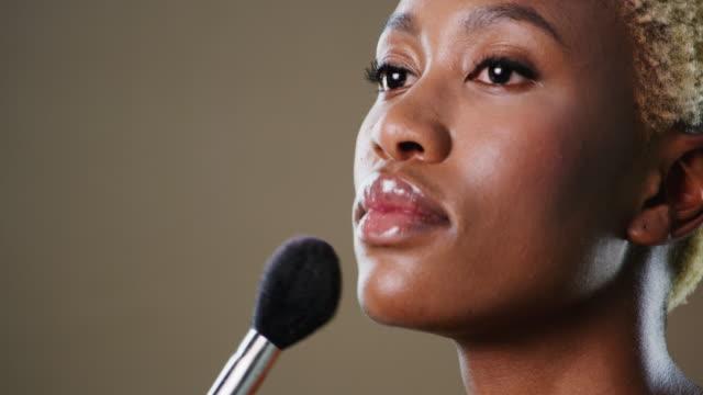 vídeos de stock, filmes e b-roll de maquiagem é usada para melhorar a nossa beleza natural - blush
