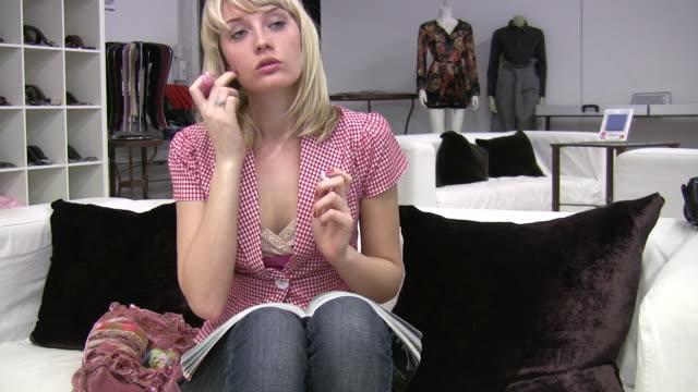 リップグロスメイク。若い女性です。ショッピングをお楽しみください。