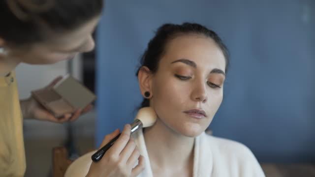 vídeos y material grabado en eventos de stock de make-up makeover - colorete
