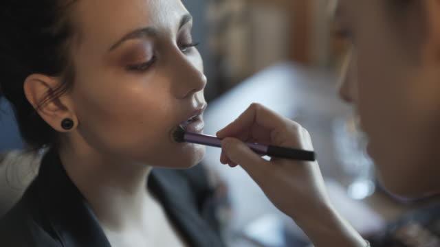 vidéos et rushes de make-up makeover - pinceau à blush
