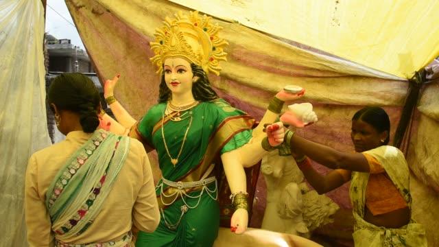 makeup of goddess durga idols, maharashtra, india. - dashahara stock-videos und b-roll-filmmaterial
