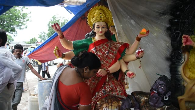makeup of goddess durga idols, maharashtra, india. - dashahara stock-videos und b-roll-filmmaterial