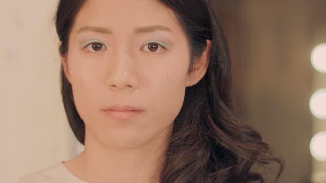 vídeos y material grabado en eventos de stock de make-up salon. looking at camera. - sombreador de ojos