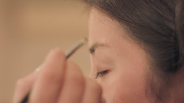 vídeos de stock, filmes e b-roll de make-up salon.eye brow. - sobrancelha