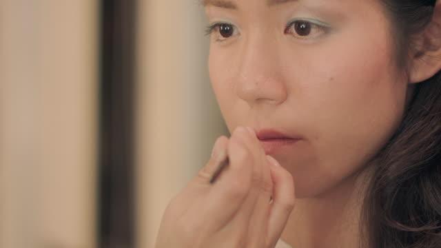 make-up salon.lipstick. - sich verschönern stock-videos und b-roll-filmmaterial