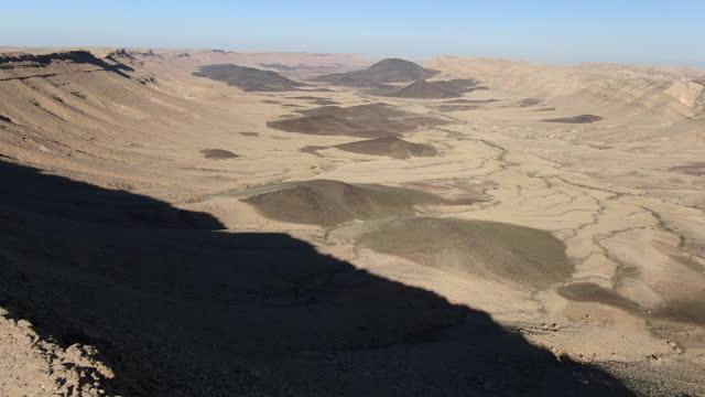 makhtesh ramon crater/  negev desert, israel aerial - negev stock videos & royalty-free footage