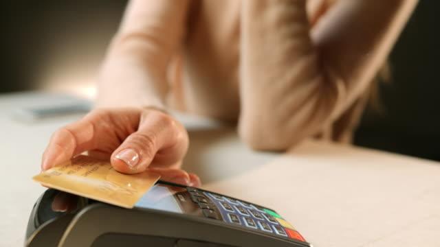 vidéos et rushes de slo, dans le missouri, vous effectuez une transaction par carte de crédit sans contact au restaurant - carte de crédit