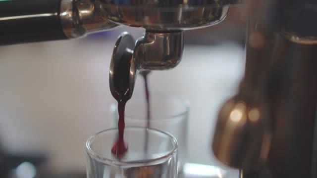 stockvideo's en b-roll-footage met het maken van een espresso en cappuccino - machinerie