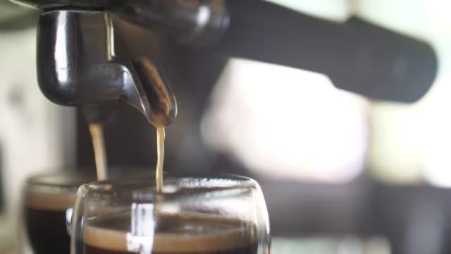 making a espresso and cappuccino - cultura italiana video stock e b–roll
