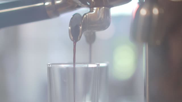 vídeos de stock, filmes e b-roll de fazer um espresso e cappuccino - xícara de café