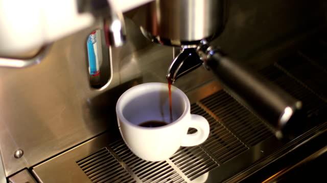 making a espresso - tazza da caffè video stock e b–roll
