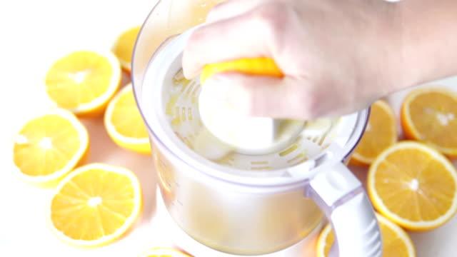 vídeos y material grabado en eventos de stock de hd: hacer un jugo fresco de naranja - vitamina c