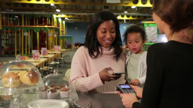 vídeos y material grabado en eventos de stock de hacer un pago - niñas bebés