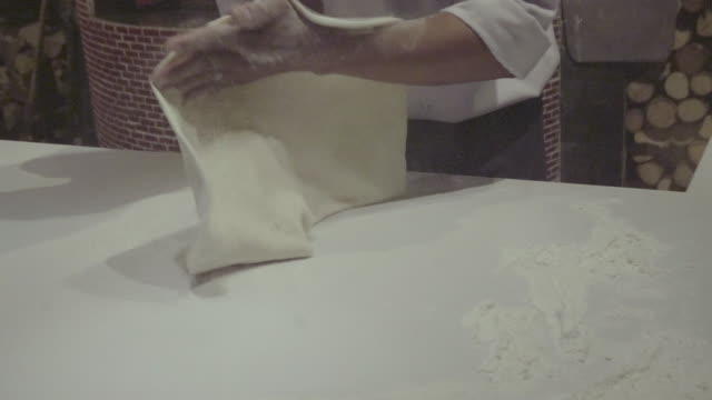 making a pizza - pizza video stock e b–roll