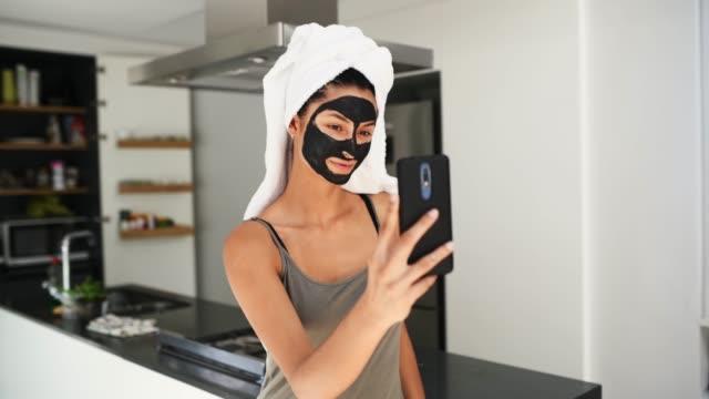 stockvideo's en b-roll-footage met een selfie maken. - in een handdoek gewikkeld