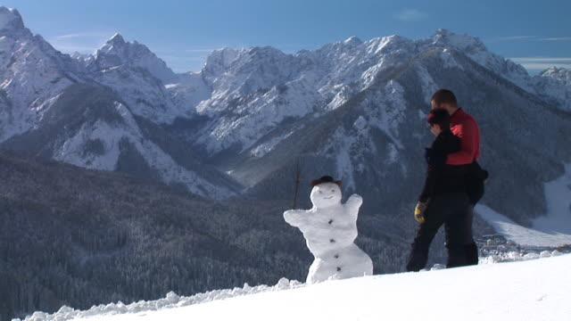 hd :雪だるまづくり - hill点の映像素材/bロール