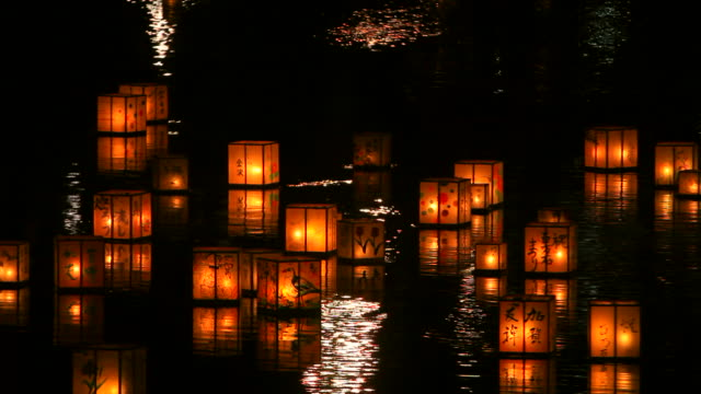 stockvideo's en b-roll-footage met making a wish with the lanterns on the flowing river in kanazawa, japan - traditie