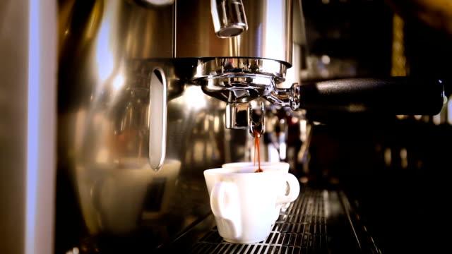 making an espresso - tazza da caffè video stock e b–roll