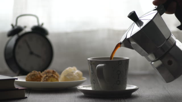 making and pouring caffee - kaffeetasse stock-videos und b-roll-filmmaterial