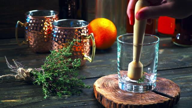 apfel cidre machen cocktail - kochrezept stock-videos und b-roll-filmmaterial