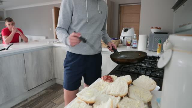 朝食にベーコンサンドを作る - 日常の一コマ点の映像素材/bロール