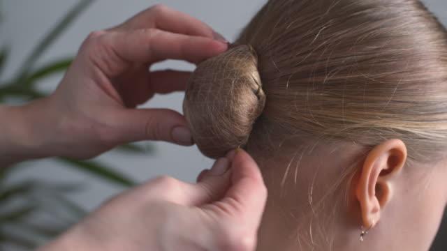 vídeos de stock e filmes b-roll de making ballet hairstyle - cabelo humano