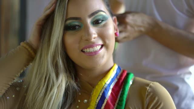 vídeos de stock e filmes b-roll de making braids on blonde woman - braided hair