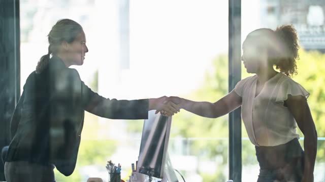 vídeos de stock e filmes b-roll de making business connections - empregado