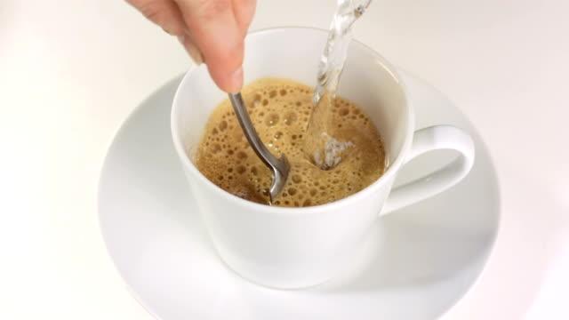 stockvideo's en b-roll-footage met hd slow motion: making cappuccino - foam hand