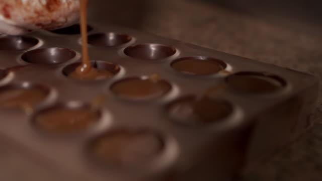 vidéos et rushes de fabrication de pralines au chocolat - chocolat