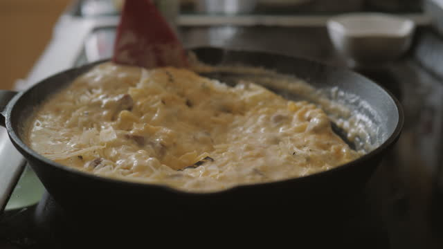 家庭の台所でチョリソクロケタ混合物を作る - 調理用へら類点の映像素材/bロール