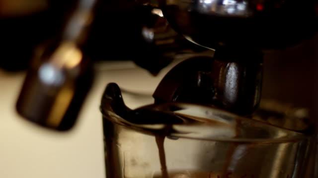 macht Kaffee Nahaufnahme