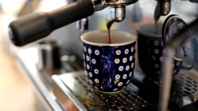Zubereitung von Kaffee Espresso Maker im Cafe