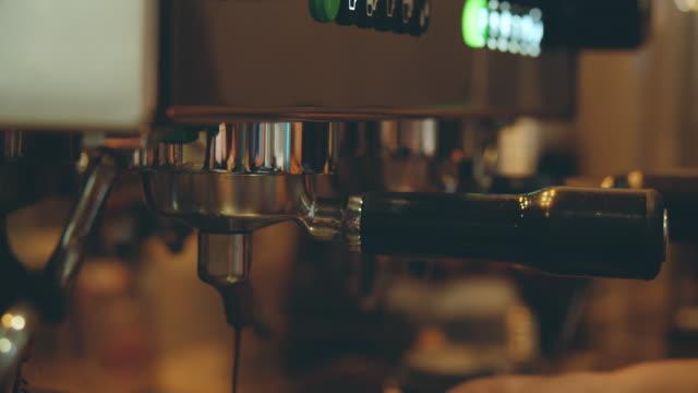vídeos de stock e filmes b-roll de making coffee process. - olfato
