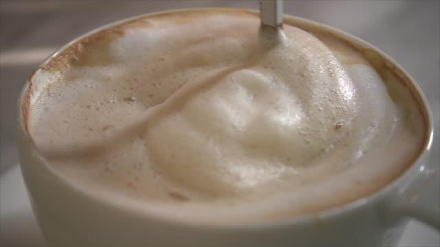 vídeos de stock e filmes b-roll de making coffee slow motion - chávena