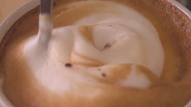vídeos de stock e filmes b-roll de making coffee - chávena