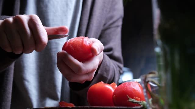 stockvideo's en b-roll-footage met koude tomatensoep maken - tomato